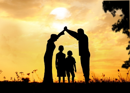Silhouette, groupe d'enfants heureux de jouer sur la prairie, coucher de soleil, l'été Banque d'images