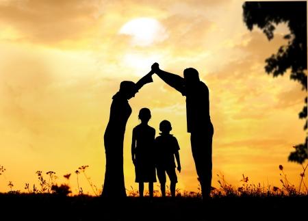 famiglia: Silhouette, un gruppo di bambini felici giocare sul prato, tramonto, estate