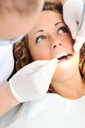 Dents saines patient au dentiste bureau prévention de la carie dentaire