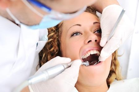 Zdravé zuby pacienta v ordinaci zubního prevenci zubního kazu