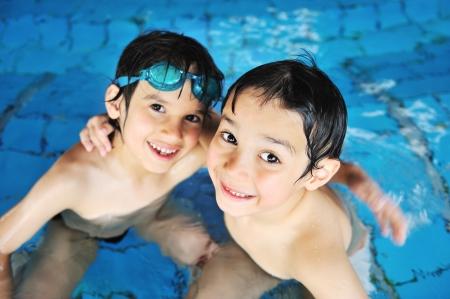 아이는 수영장 물에서 행복한 시간을 보내고