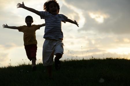 활동의 두 아이 여름 자연에 행복한 시간을 보내고 스톡 콘텐츠