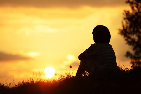 夏の自然に幸せな時間を費やすの小さな男の子
