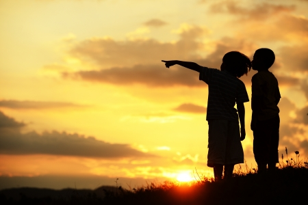 Actieve kinderen hebben gelukkig tijd op zoek naar hun betere toekomst Stockfoto
