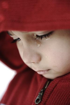 작은 아이가 슬픈 얼굴로 울고 스톡 콘텐츠