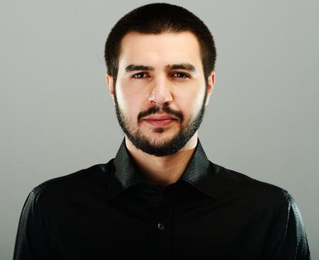 Young Middle Eastern mladý atraktivní muž model představuje