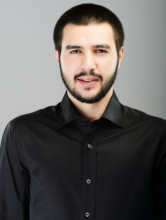 attractive male: Joven atractivo joven modelo posando masculina de Oriente Medio Foto de archivo