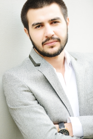 attractive male: J�venes de Oriente Medio joven y atractiva modelo masculino posando