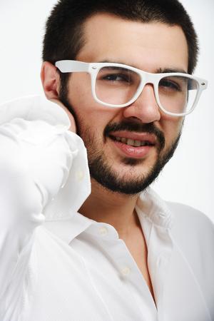 attractive male: J�venes de Oriente Medio joven y atractiva posando modelo masculino con gafas