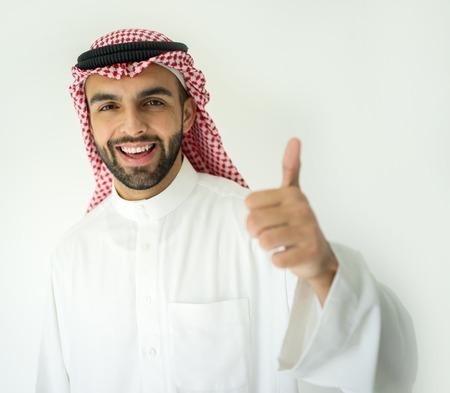 hombre arabe: Joven hombre de negocios árabe con el pulgar arriba