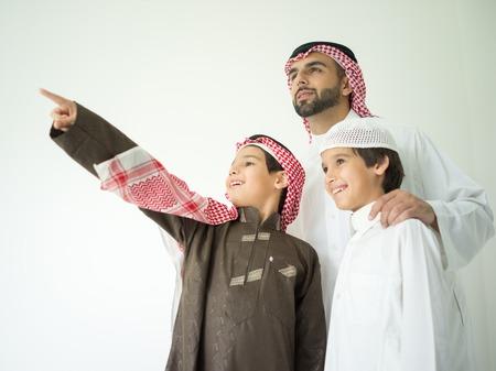 Padre de joven árabe posando con niños