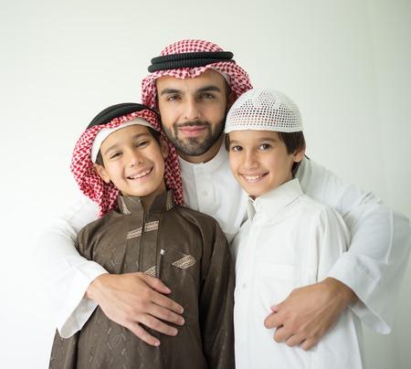 アラビア語の若い父親が子供でポーズ