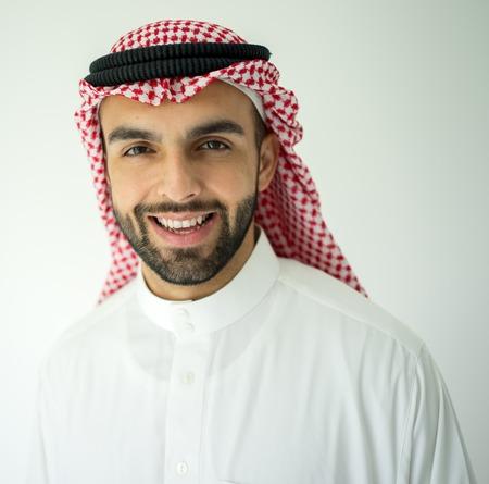 Saudi Arabian jeune homme d'affaires posant