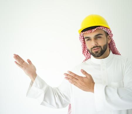 hombre arabe: Árabe joven posando arquitecto Foto de archivo