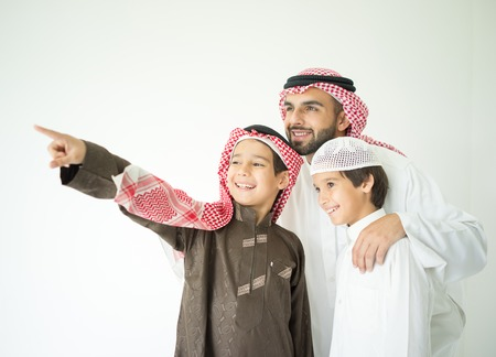 아이들과 함께 포즈 아랍어 젊은 아버지