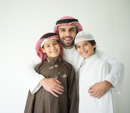 아랍어 젊은 아버지와 아이들과 함께 포즈 스톡 콘텐츠