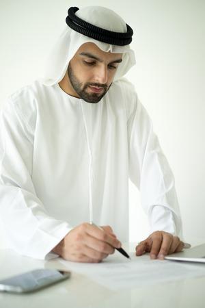 hombre arabe: Hombre �rabe haciendo reparto acertado