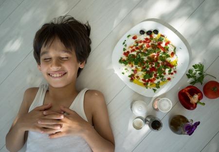aceite de cocina: Kid disfrutar de la cocina orgánica verano de preparar la comida con ingredientes vegetales y queso cremoso