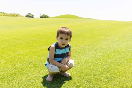teen golf: Ni�o que se ejecuta en prado verde