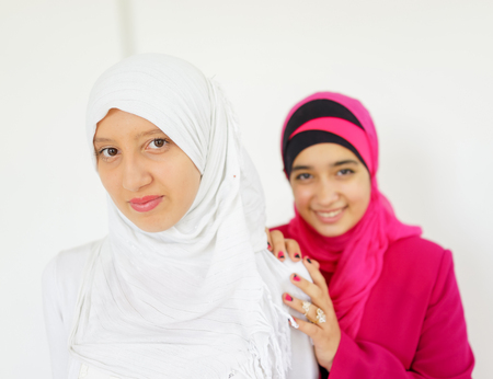 fille arabe: Fashion portrait de la belle jeune fille musulmane portant le hijab
