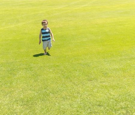 teen golf: Niño que se ejecuta en prado verde