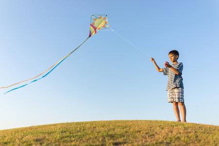 papalote: Correr con la cometa de vacaciones vacaciones de verano, prado perfecto y el cielo en la playa Foto de archivo