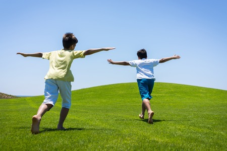 teen golf: Vacaciones de verano feliz para los niños en el prado verde cerca del mar
