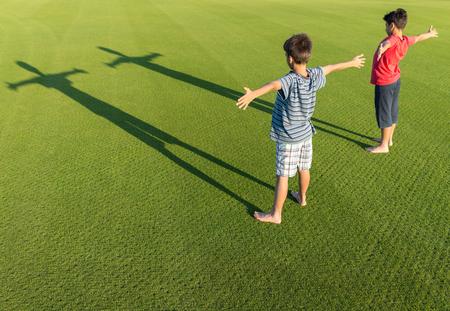 teen golf: Los ni�os con sus sombras sobre la hierba