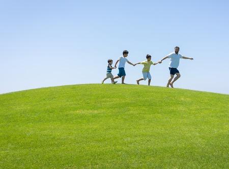 teen golf: Vacaciones de verano feliz de la familia en la pradera verde cerca del mar Foto de archivo