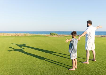 teen golf: Los niños con sus sombras sobre la hierba