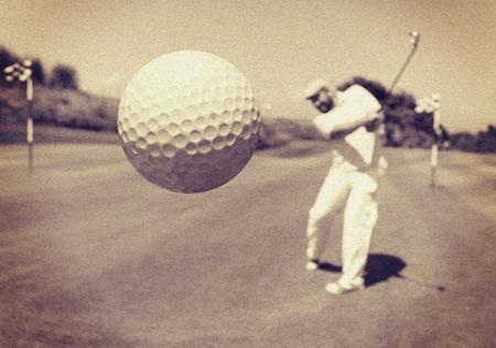 클럽에서 골프를 치는 남자 스톡 콘텐츠