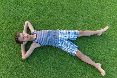 teen golf: felices vacaciones de verano para ni�os en la hierba perfecta prado