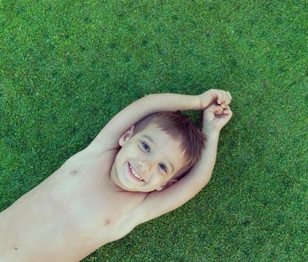 teen golf: felices vacaciones de verano para niños en la hierba perfecta prado