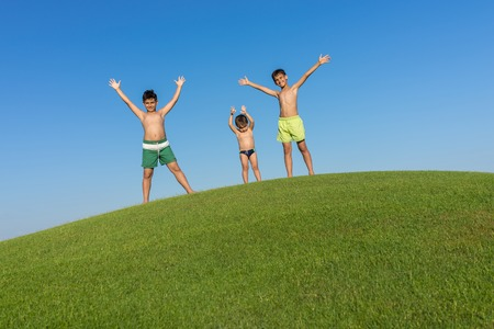 teen golf: Happy summer vacation for kids on green meadow near sea Foto de archivo