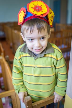 literas: Niño pequeño en el dormitorio de jardín de infantes