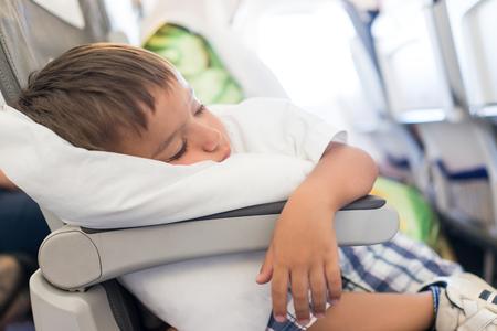 Niño durmiendo en el interior del avión durante el vuelo