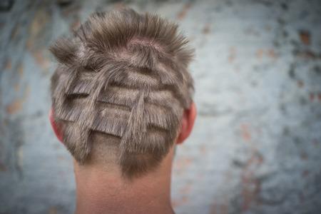 Ritratto di primo piano del giovane con capelli danneggiati