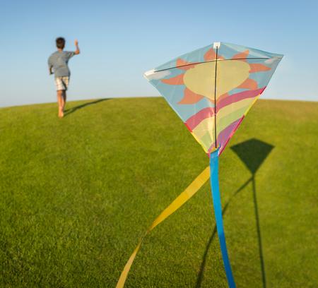 teen golf: Correr con la cometa de vacaciones vacaciones de verano, prado perfecto y el cielo en la playa Foto de archivo