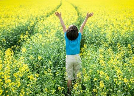 carretilla de mano: Kid on land agricultural field