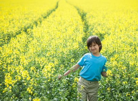 carretilla de mano: Chico en tierra campo agrícola