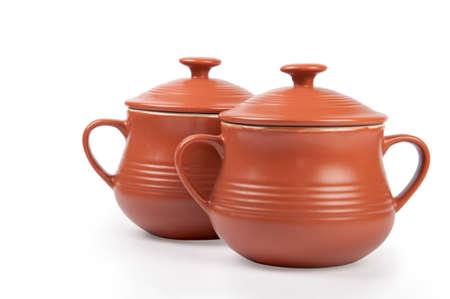 ollas de barro: dos ollas de barro aislado en blanco