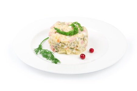 ensalada rusa: Ensalada tradicional de Rusia aislado en blanco (2). Jpg
