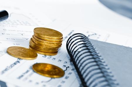 desarrollo económico: Empresas de an?lisis financiero de escritorio con gr?ficos y diagramas de contabilidad Foto de archivo