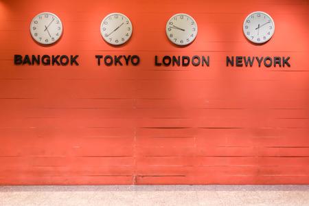 orologio da parete: orologio da parete per indicare il tempo del mondo zona internazionale.