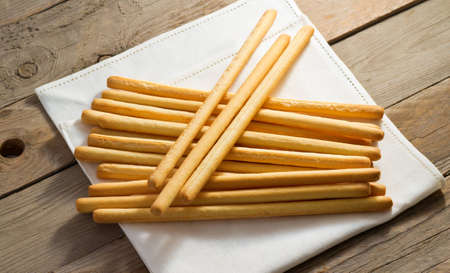 breadsticks: palitos de pan crujientes envuelto en una toalla suave