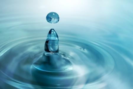 circulos concentricos: azul del agua que gotea de cerca Foto de archivo