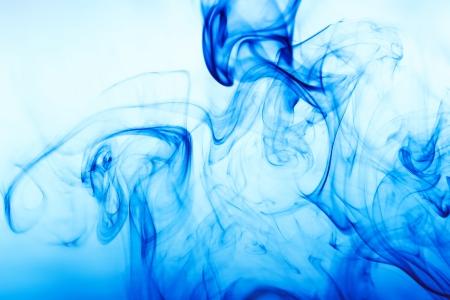 青い煙と抽象的な背景
