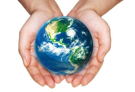 白い背景の上の手の中の地球。NASA から提供されたこのイメージの要素です。