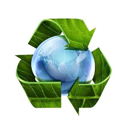 reciclar: símbolo de reciclaje con textura de la hoja y del mundo en el fondo blanco