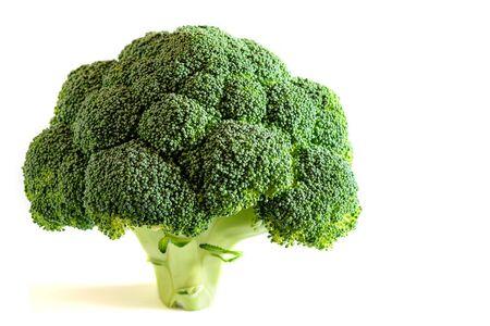 Brócoli de vegetales verdes frescos, aislado, sobre el fondo blanco.